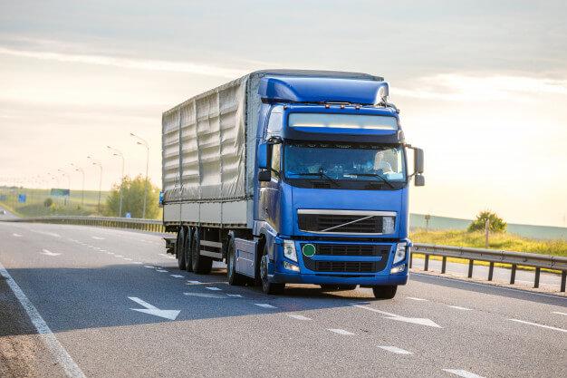 грузовик на дороге фото