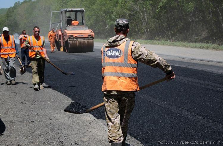 ремонт дорожного покрытия рабочие фото